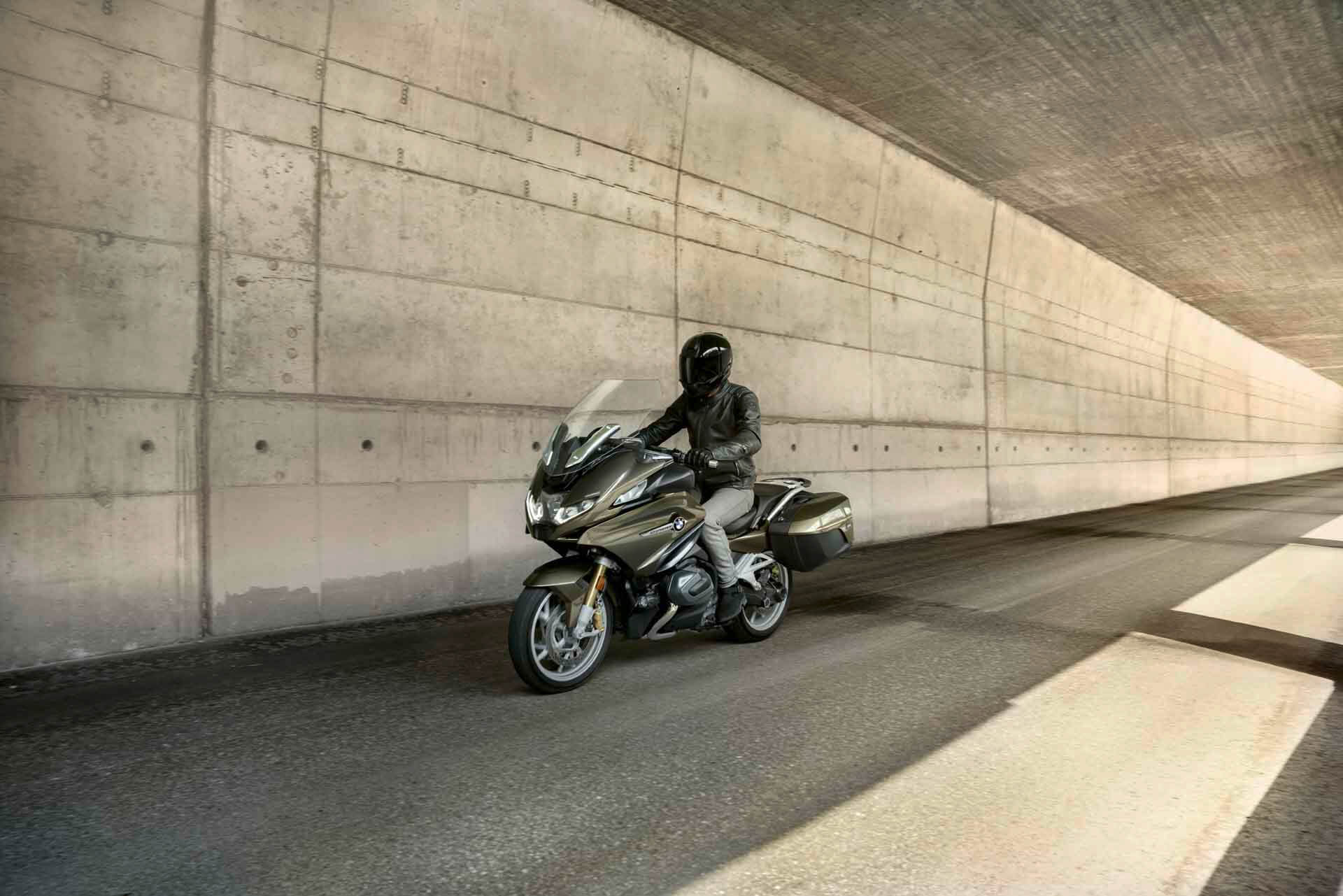 Being on the road, eating up the miles, meeting people, new experiences, exchanging stories: Every tour has highlights. Just like the R 1250 RT. Its many features allow you to ride comfortably, you are always well prepared and can focus entirely on your trip.
